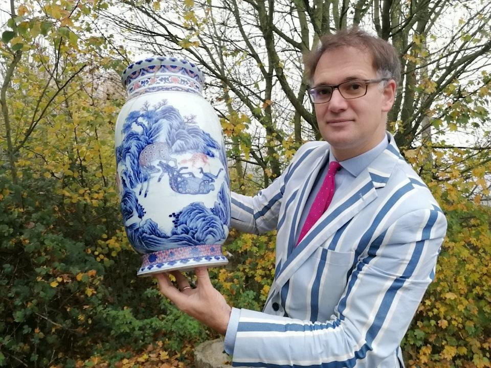 Auctioneer Charles Hanson with the vase. (SWNS)
