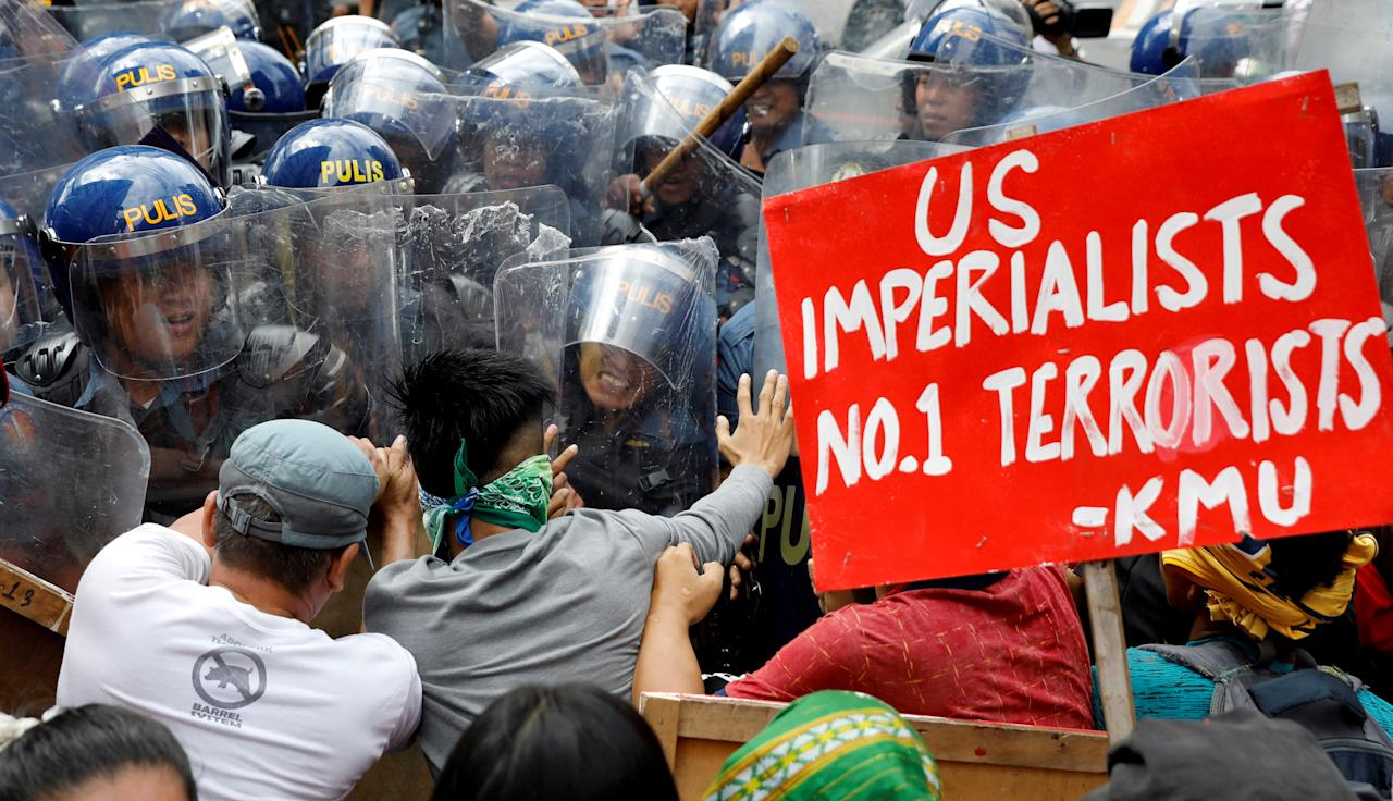 <p>Protesters clash with anti-riot police officers as they try to march towards the U.S. Embassy during a rally against President Donald Trump's visit, in Manila, Philippines, Nov. 10, 2017. (Photo: Erik De Castro/Reuters) </p>