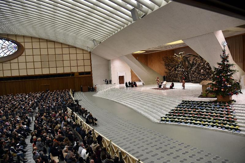 Pope Francis attends a meeting with the employees of the Holy See and their families in the Paul VI audience hall at the Vatican on December 21, 2015 (AFP Photo/Alberto Pizzoli)