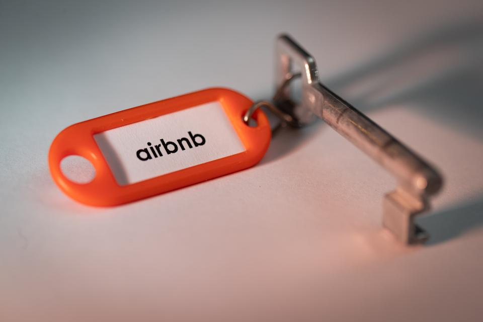 Campanha do Airbnb foi alvo de críticas. (Foto: Friso Gentsch/picture alliance via Getty Images)