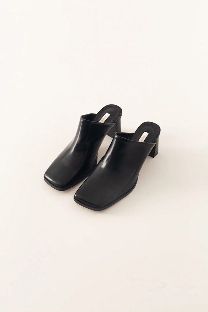 """We suggest pairing these under-$100 classic mules with vintage jeans and a white T-shirt. <br> <br> <strong>Pêche</strong> Kiana Mules, $, available at <a href=""""https://go.skimresources.com/?id=30283X879131&url=https%3A%2F%2Fshop-peche.com%2Fcollections%2Fshoes%2Fproducts%2Fkiana"""" rel=""""nofollow noopener"""" target=""""_blank"""" data-ylk=""""slk:Pêche"""" class=""""link rapid-noclick-resp"""">Pêche</a>"""