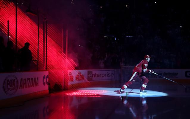Martin Hanzal of the Arizona Coyotes skates out onto the ice before the NHL game against the Winnipeg Jets on October 9, 2014 in Glendale, Arizona (AFP Photo/Christian Petersen)