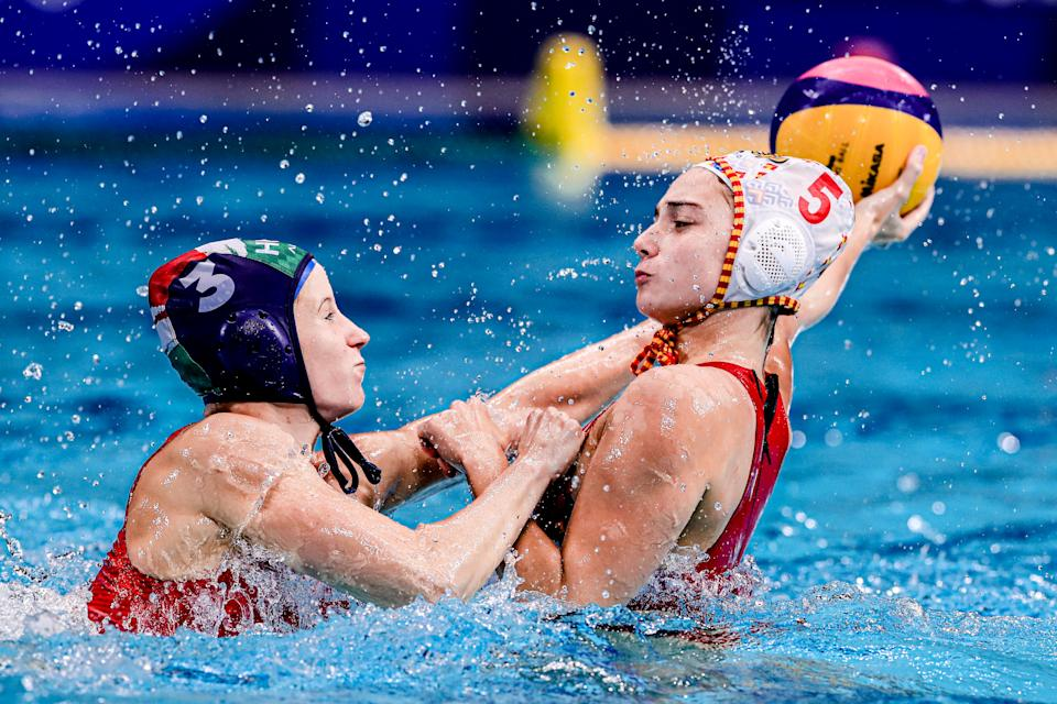 TOKYO, JAPAN - AUGUST 5: Vanda Valyi of Hungary, Elena Ruiz of Spain during the Water Polo Tournament Women's Semifinal match between Spain and Hungary on day thirteen of the Tokyo 2020 Olympic Games at Tatsumi Water Polo Centre on August 5, 2021 in Tokyo, Japan (Photo by Marcel ter Bals/BSR Agency/Getty Images)