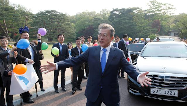 <p>South Korean President Moon Jae-in gestures in Seoul before departing for the truce village of Panmunjom inside the demilitarized zone separating the two Koreas, South Korea, April 27, 2018. (Photo: Korea Summit Press Pool/Pool via Reuters/Reuters) </p>