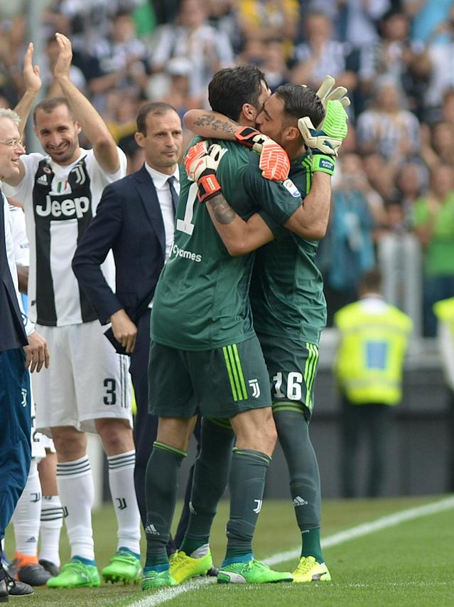 Soccer Football - Serie A - Juventus vs Hellas Verona - Allianz Stadium, Turin, Italy - May 19, 2018 Juventus' Gianluigi Buffon with Carlo Pinsoglio as he substituted REUTERS/Massimo Pinca