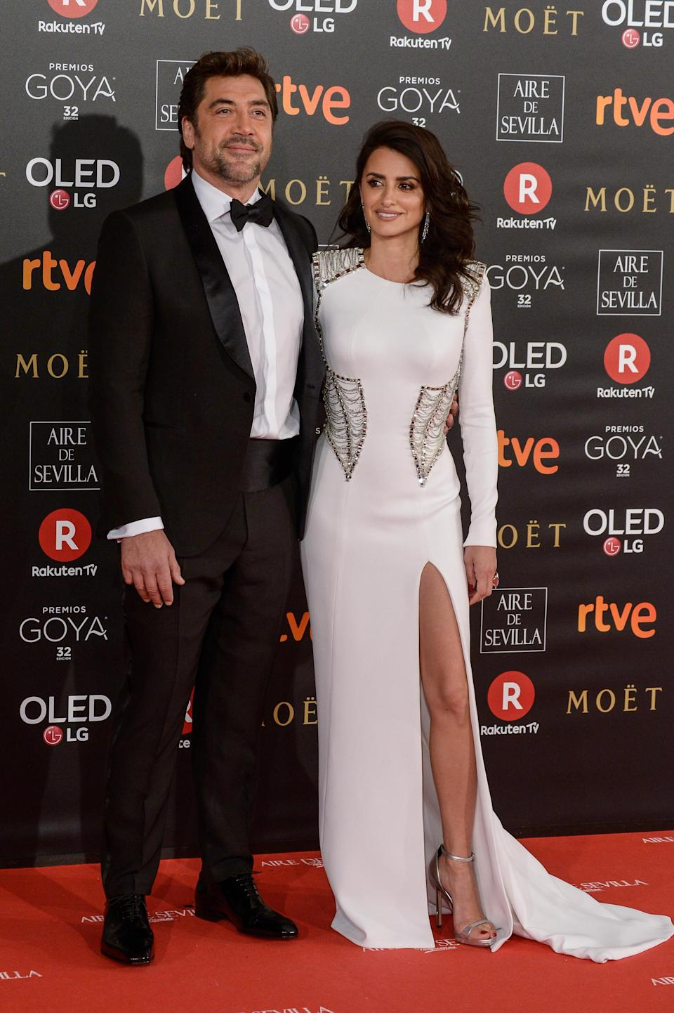 <p>Penelope dressed in a thigh-high split Versace gown while her husband, and fellow actor, Javier looked dapper in a tux. <em>[Photo: Getty]</em> </p>