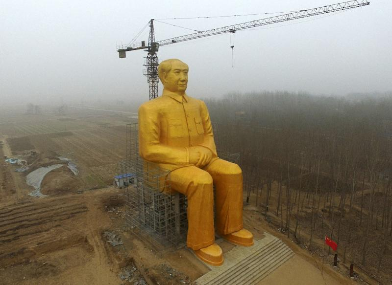 A huge statue of Chairman Mao Zedong under construction in Tongxu county in Kaifeng, central China's Henan province