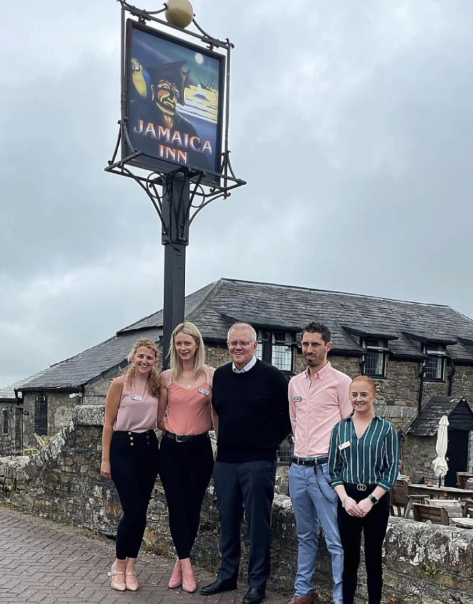 A photo of Scott Morrison posing with employees at a UK pub. Source: Facebook/ Jamaica Inn
