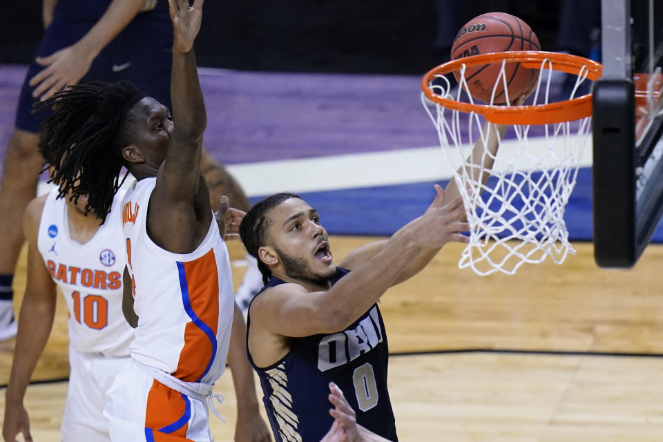 Oral Roberts forward Kevin Obanor (0) drives to the basket ahead of Florida forward Anthony Duruji, left, during the second half of a college basketball game in the second round of the NCAA tournament at Indiana Farmers Coliseum, Sunday, March 21, 2021 in Indianapolis. (AP Photo/AJ Mast)