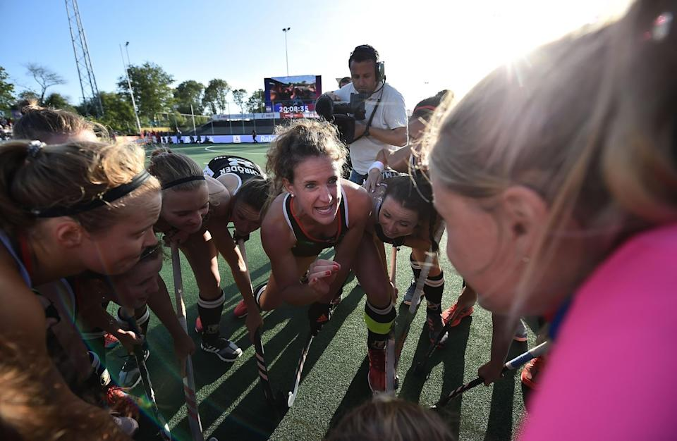 Janne Müller-Wieland speaks to her team during the semi-final of the FIH Field Hockey Pro League 2019 in Amstelveen. (Image: Charles McQuillan / Getty Images)