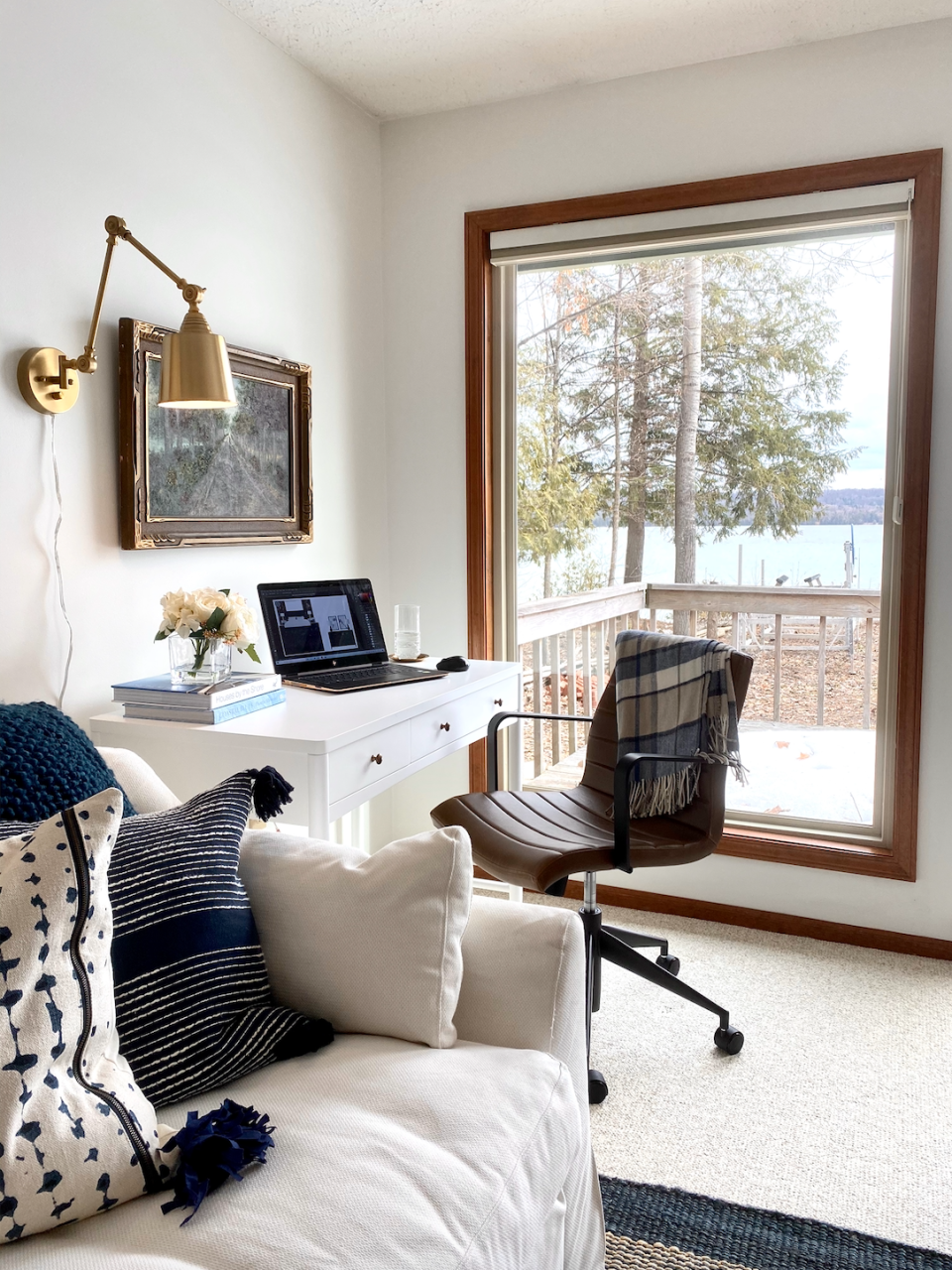 Position the desk so you can see outside—you'll get the benefit of natural light and a pretty view. (Photo: Havenly)