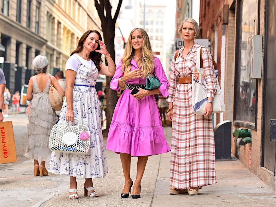 kristin davis sarah jessica parker and cynthia nixon on the set of and just like that