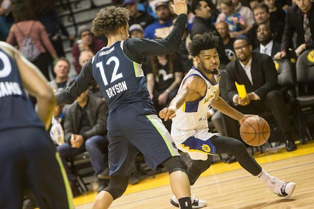 "Santa Cruz Warriors guard <a class=""link rapid-noclick-resp"" href=""/nba/players/5588/"" data-ylk=""slk:Quinn Cook"">Quinn Cook</a> (right) dribbles against Iowa Wolves guard Michael Bryson. (Photo via @GLeagueWarriors)"