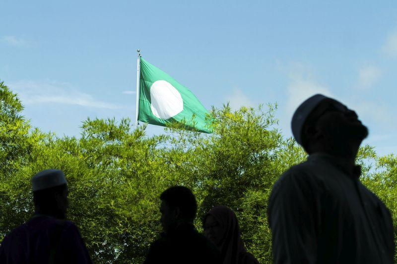 A PAS flag flies on a mast at Kompleks PAS Kedah in Alor Setar April 27, 2017. — Picture by Yusof Mat Isa