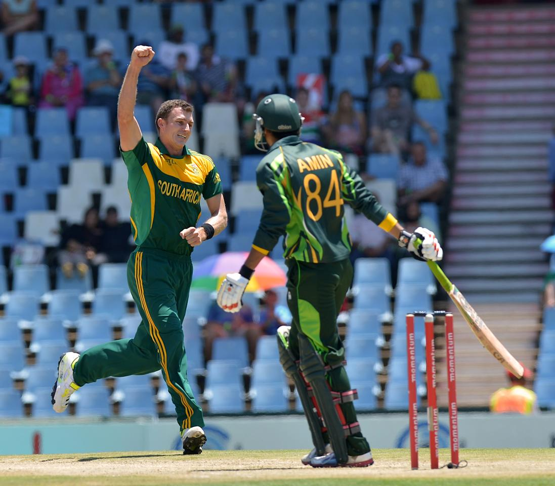 South Africa's cricketer Ryan McLaren (L) celebrates the wicket of Pakistan's cricketer Umar Amin during the final ODI between South Africa and Pakistan at SuperSport Park in Centurion on November 30, 2013.  AFP PHOTO / ALEXANDER JOE