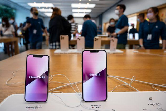 HONG KONG, CHINA - 2021/09/26: The iphone 13 and iphone 13 mini smartphones series are displayed for testing at an Apple store on the first weekend after the launch of the new iPhone 13 series smartphones in Hong Kong. (Photo by Budrul Chukrut/SOPA Images/LightRocket via Getty Images) (Photo: SOPA Images via Getty Images)