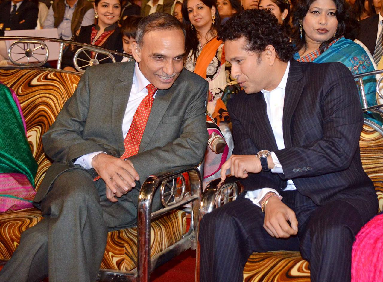 Sachin Tendulkar with the Mumbai police commissioner Satyapal Singh at the 2014 Umang Police Show in Mumbai, January 20, 2014.