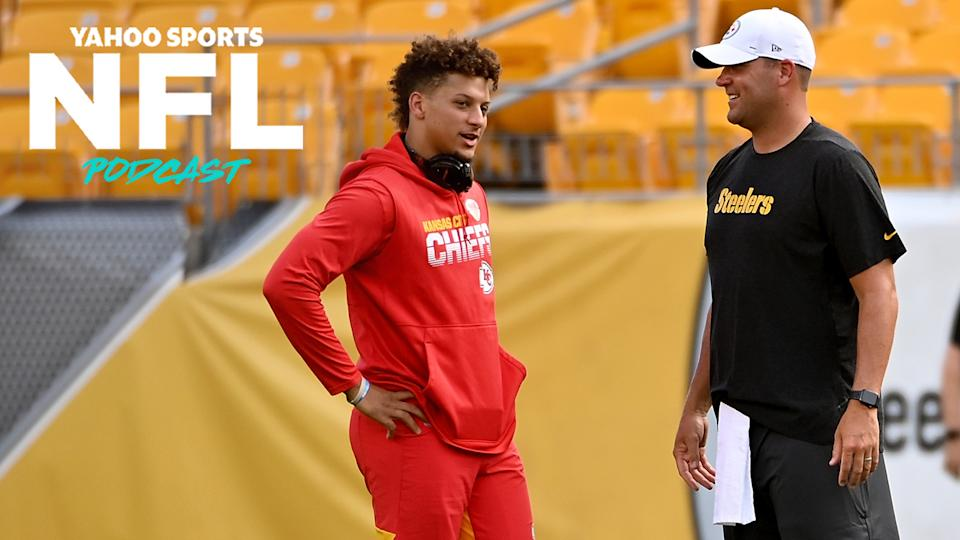Patrick Mahomes & Ben Roethlisberger chat before a game in 2019. Currently sitting as the top two seeds in the AFC, how would their Kansas City Chiefs & Pittsburgh Steelers fare in a proposed 16-team playoff field? Terez Paylor & Charles Robinson discuss on the latest Yahoo Sports NFL Podcast. (Photo by Justin Berl/Getty Images)