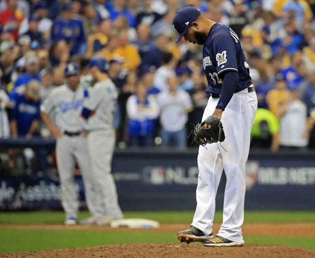 LWS149. Milwaukee (United States), 13/10/2018.- Milwaukee Brewers pitcher Jeremy Jeffress kicks the dirt after walking a runner with bases loaded in the seventh inning against the Los Angeles Dodgers in game two of the National League Championship Series at Miller Park in Milwaukee, Wisconsin, USA, 13 October 2018. The Brewers lead the best-of seven series and the winner will go on to face either the Boston Red Sox or the Houston Astros in the World Series. (Liga de Campeones, Estados Unidos) EFE/EPA/TANNEN MAURY