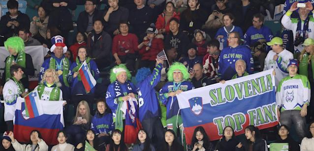 These Slovenian fans are probably still partying. (Corea del Sur, Eslovenia, Estados Unidos)