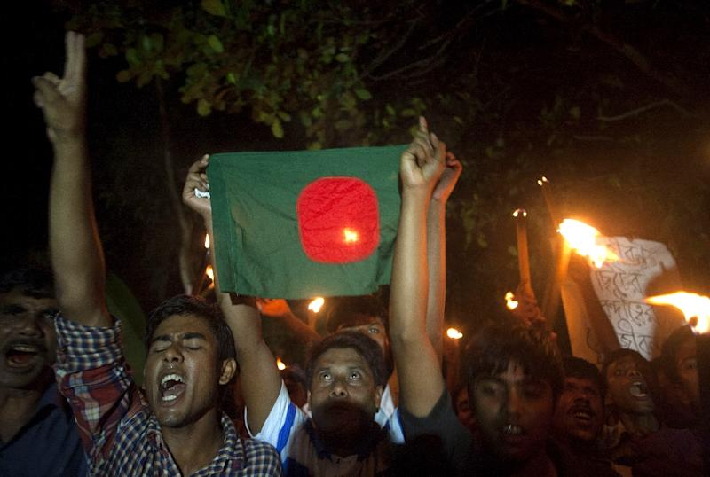 Former Indian enclave residents carry torches and a Bangladesh flag as they take part in a procession at Dasiarchhara, Kurigram in Bangladesh on August 1, 2015 (AFP Photo/Suvra Kanti Das)