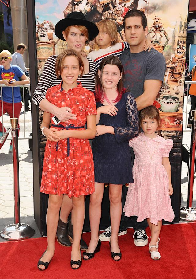 Molly Ringwald poses with husband, Panio Gianopoulos, and children at <em>The Boxtrolls</em> premiere in 2014. (Photo: Getty Images)