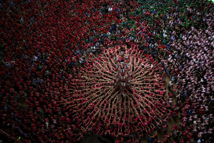 """<p>Members of """"Vella de Xiquets de Valls"""" try to complete their human tower during the 26th Human Tower Competition in Tarragona, Spain, Oct. 2, 2016. (AP Photo/Emilio Morenatti)</p>"""