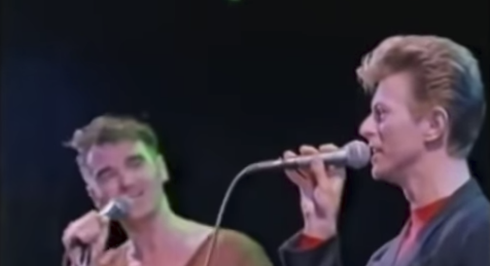 David Bowie et Morrissey sur la scène du Forum à Los Angeles en 1991 © Capture d'écran Youtube