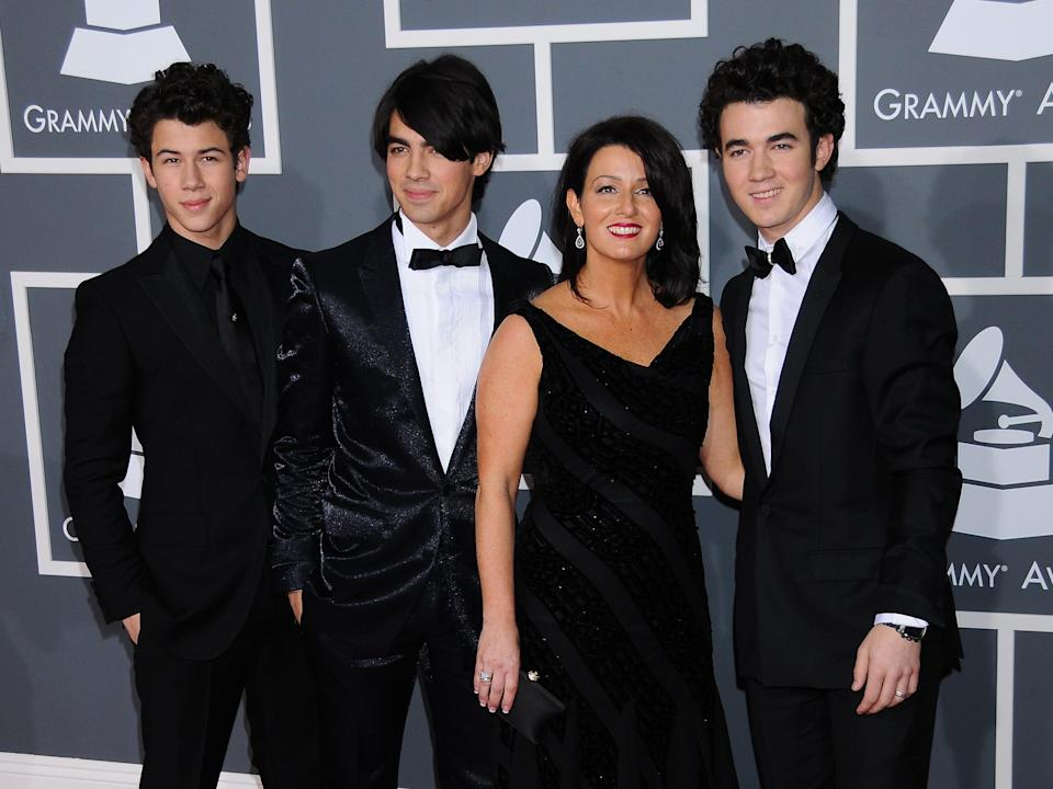 Jonas Brothers and mother, 2009 Grammys