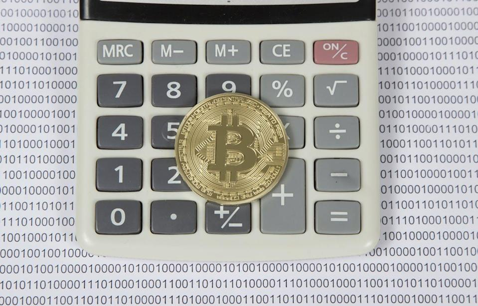 "<span class=""attribution""><a class=""link rapid-noclick-resp"" href=""https://www.shutterstock.com/es/image-photo/gold-bitcoin-lies-on-white-calculator-604801112"" rel=""nofollow noopener"" target=""_blank"" data-ylk=""slk:Shutterstock / Vodopyanov Vyacheslav"">Shutterstock / Vodopyanov Vyacheslav</a></span>"