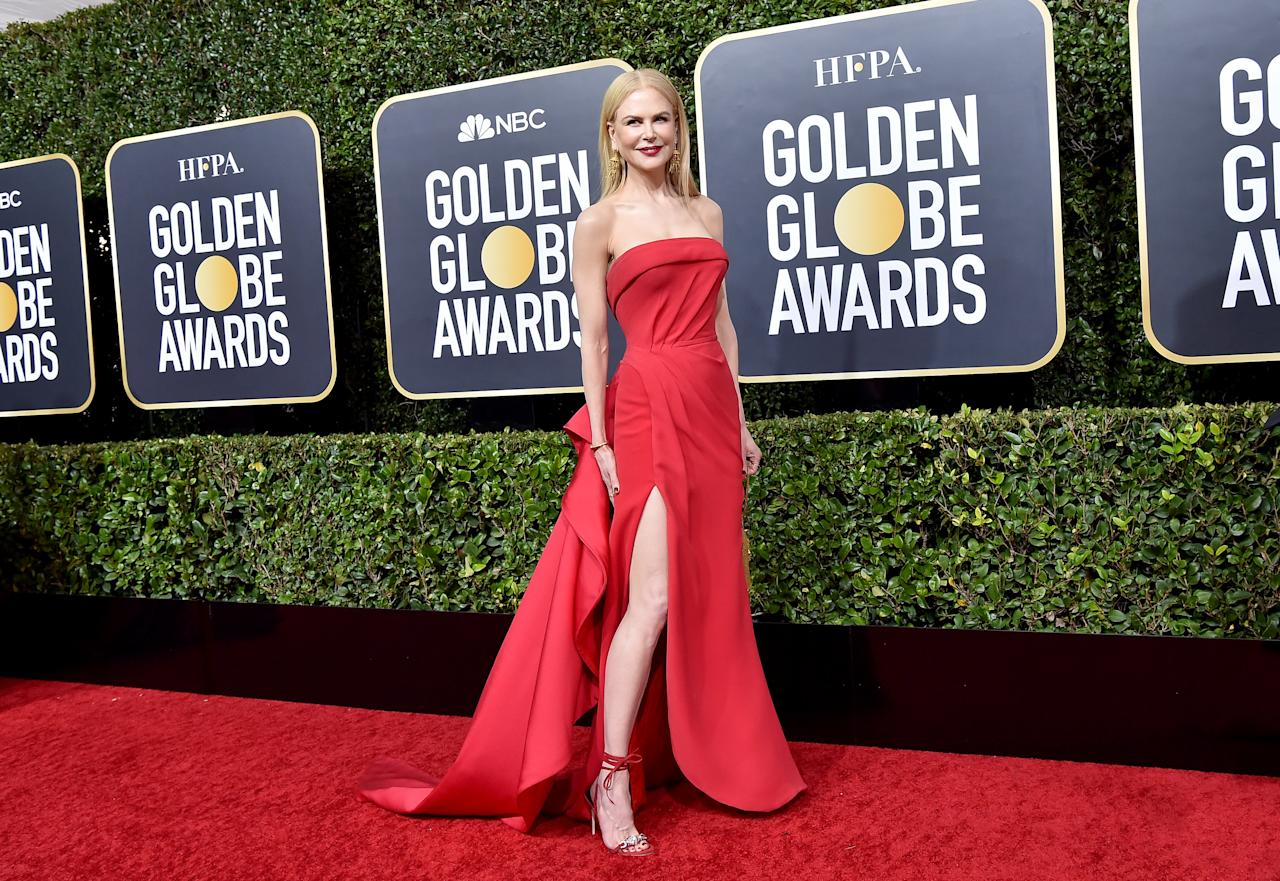 Nicole Kidman presumió de estilazo con un Versace rojo escote palabra de honor y sandalias a juego, pero no pudo llevarse el Globo de Oro a casa por su interpretación en la serie 'Big Little Lies'. (Foto: Axelle / Bauer-Griffin / Getty Images)