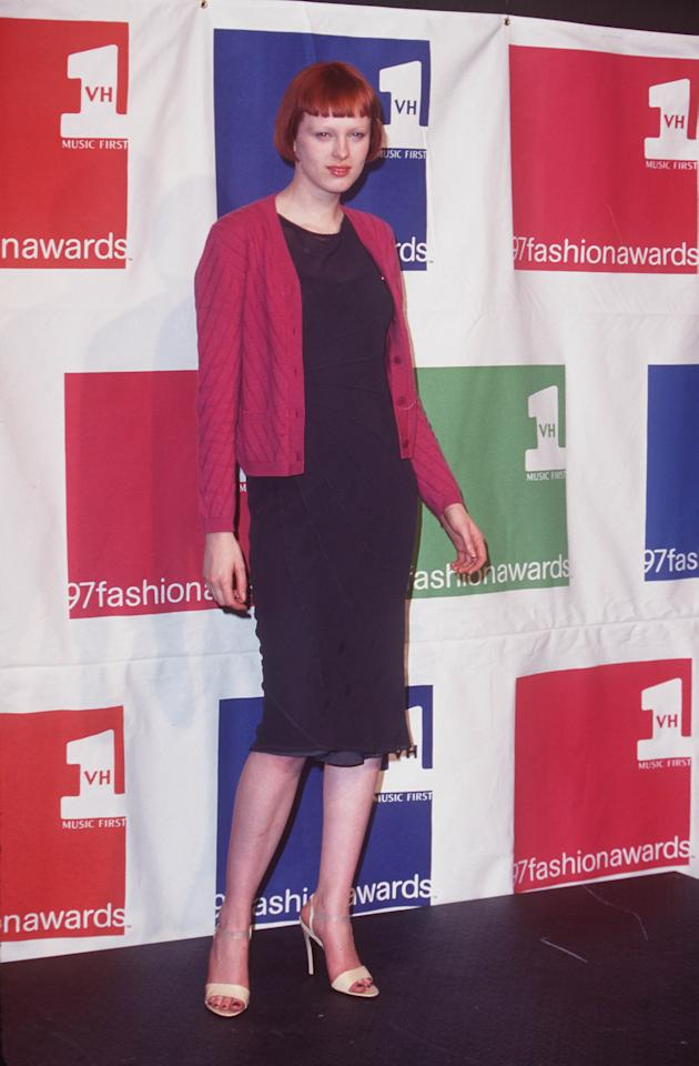 <p>Elson keeps it casual in a cardigan at the 1997 VH1 Vogue Fashion Awards at Madison Square Garden in New York, 1997.</p>