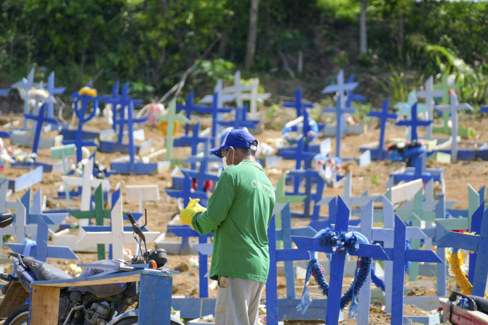 Movement in the Nossa Senhora Aparecida Cemetery, this Wednesday morning, October 28, 2020 in Manaus, Brazil. The Delphina Aziz Hospital, treatments patients infected with the coronavirus in Amazonas, has 98% of the ICU beds occupied. (Photo: Sandro Pereira/Fotoarena/Sipa USA)(Sipa via AP Images)