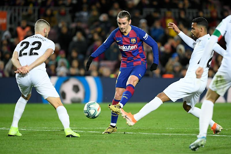 Barcelona's French forward Antoine Griezmann (C) vies with Granada's Portuguese defender Domingos Duarte (L) during the Spanish league football match between FC Barcelona and Granada FC at the Camp Nou stadium in Barcelona on January 19, 2020. (Photo by LLUIS GENE / AFP) (Photo by LLUIS GENE/AFP via Getty Images)