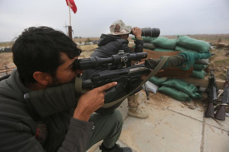 Iraqi government forces keep watch from a position on the southern outskirts of Tikrit, on March 30, 2015 (AFP Photo/Ahmad Al-Rubaye)