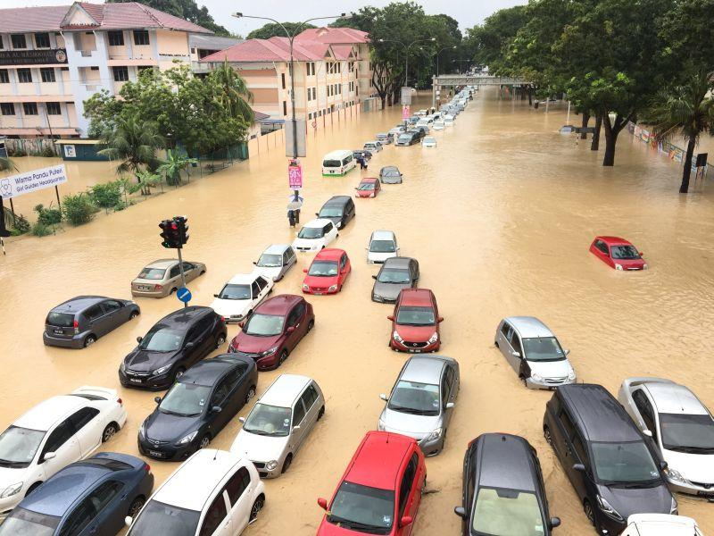 Flash floods hit Penang, rivers at dangerous level (VIDEO)