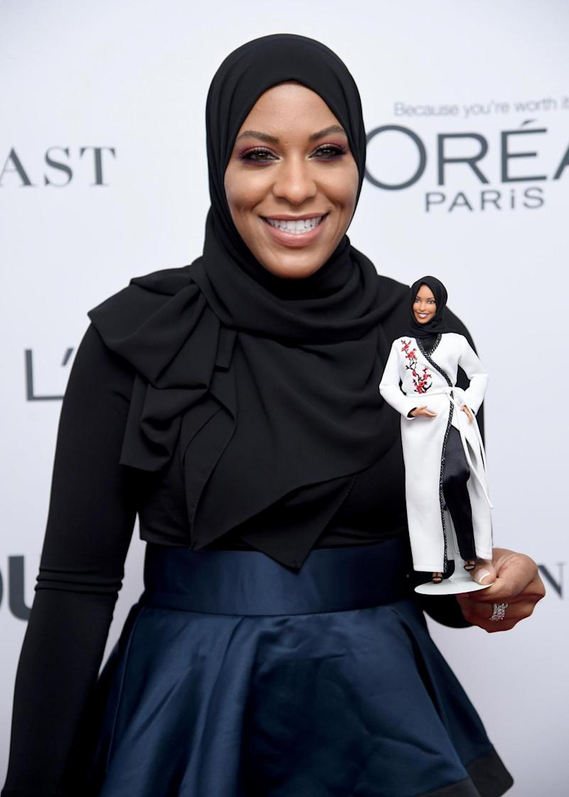 Ibtihaj Muhammad poses with her Barbie at Glamour's 2017 Women of The Year Awards (Getty)