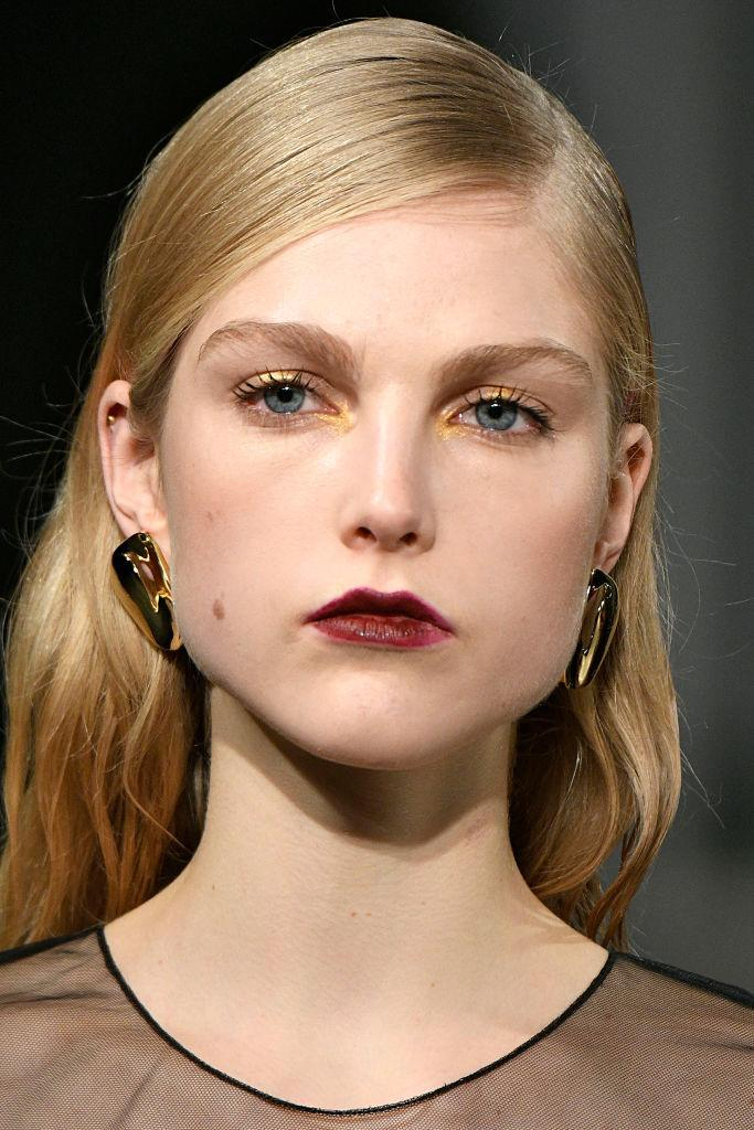 <p>Organic shaped gold earrings at the Cushnie et Ochs FW18 show. (Photo: Getty Images) </p>