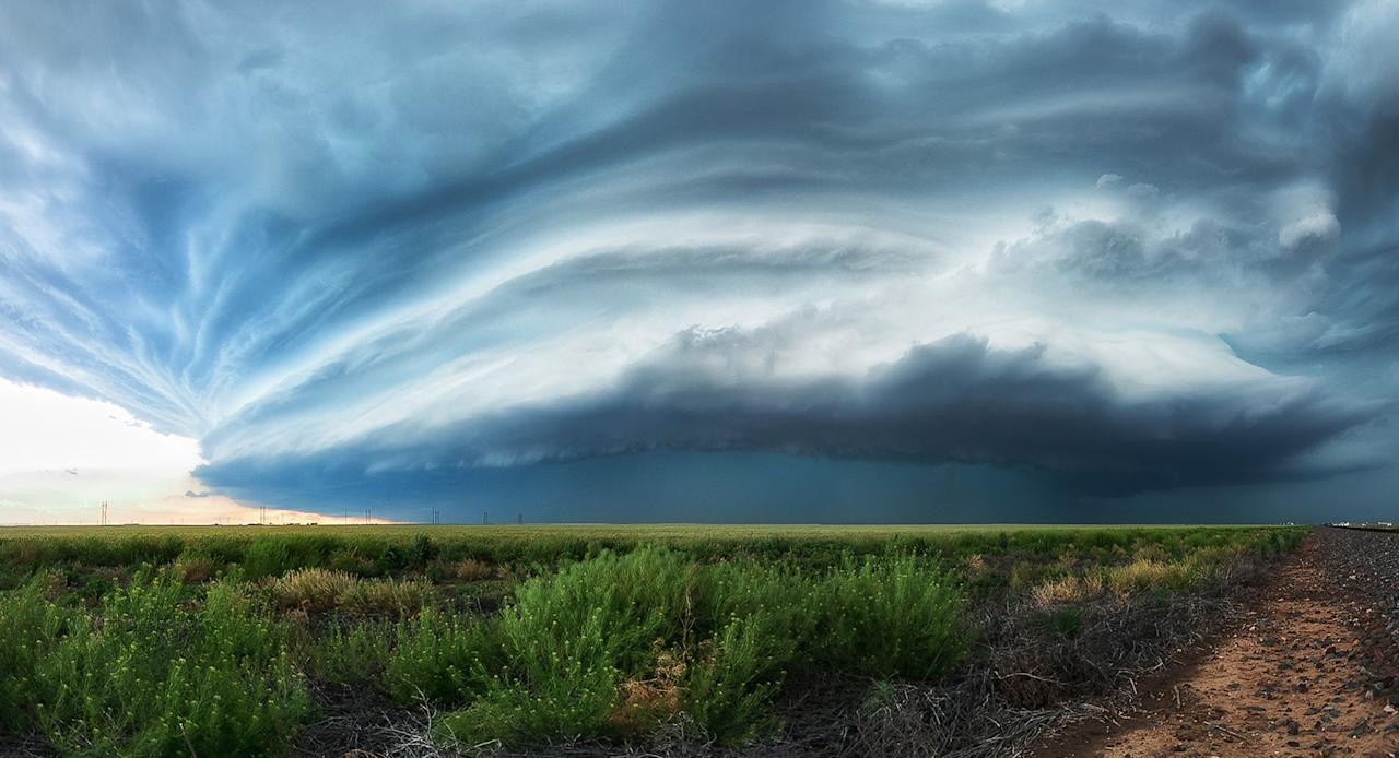 <p>A fully developed high-precipitation supercell just north of Stratford, Texas, on May 17, 2016. (Photo: Maximilian Conrad/Caters News) </p>