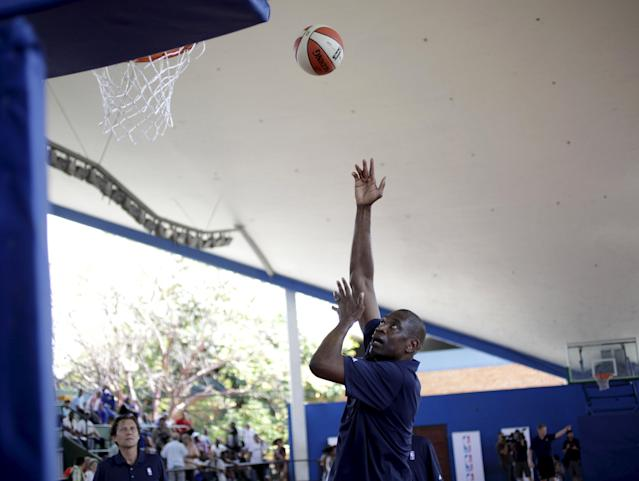 Former NBA star Dikembe Mutombo shoots a basket during a training session with the Cuban women's national basketball team in Havana April 23, 2015. Retired NBA stars Steve Nash Mutombo engaged in some basketball diplomacy in Cuba as part of an NBA workshop, the first outreach of its kind by a U.S. professional sports league since the thaw in U.S.-Cuban relations in December. REUTERS/Enrique de la Osa