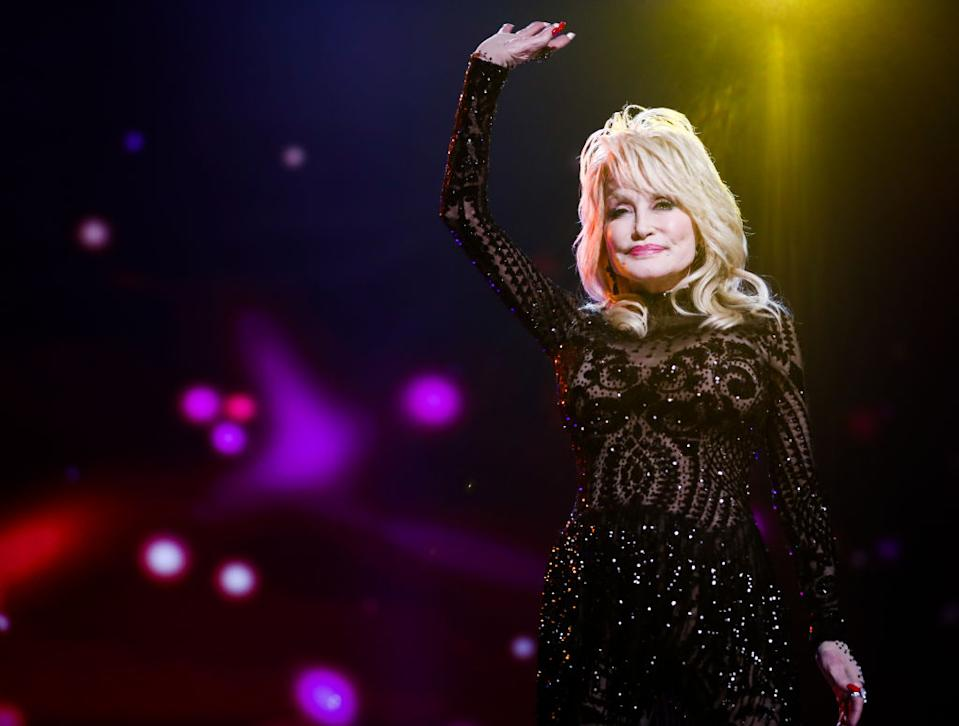 Dolly Parton donated $ 1 million for a COVID-19 vaccine.  (Photo: Amir Fury / Getty Images for Recording Academy)
