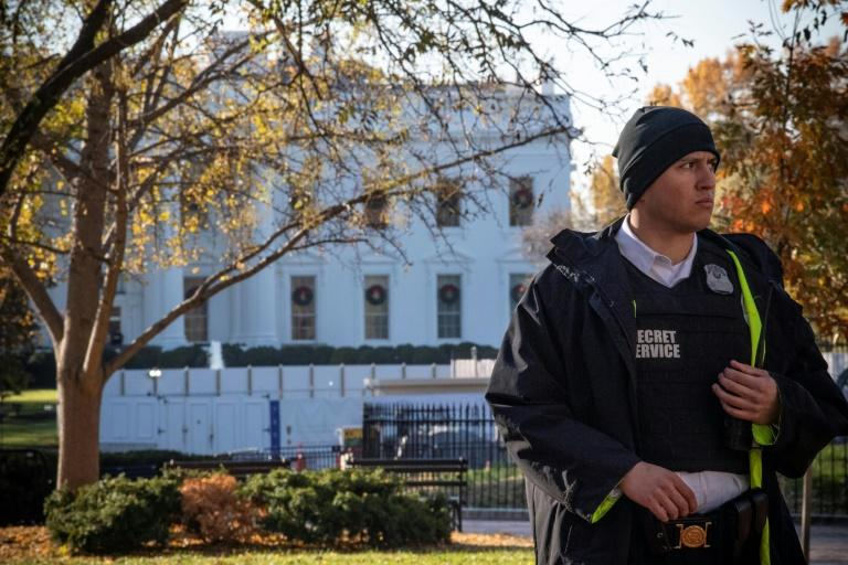 A Secret Service officer patrols the White House during a brief lockdown Tuesday sparked by worries of an unauthorized aircraft in Washington airspace (AFP Photo/Eric BARADAT)