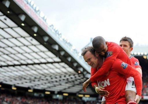 Manchester United's Wayne Rooney (L) is congratulated after scoring a penalty