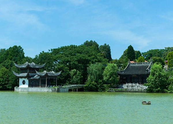 ▲The China Area as seen from the pond in the center of the park. The outward-pointing tips of the roof have an exotic feel.