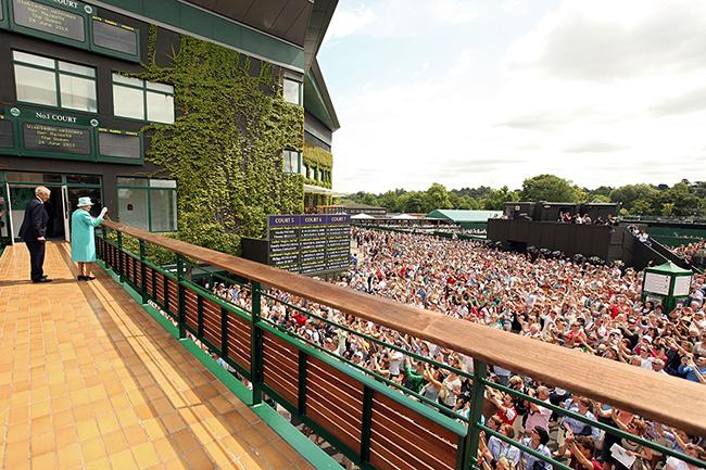 queen-waves-to-wellwishers-wimbledon-2010