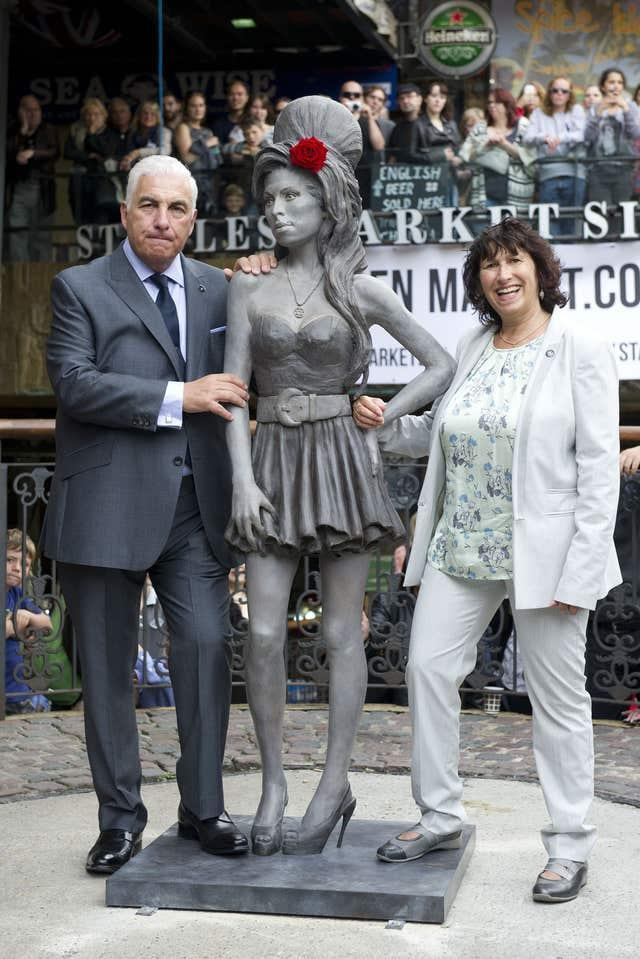 Amy Winehouse statue unveiled – London
