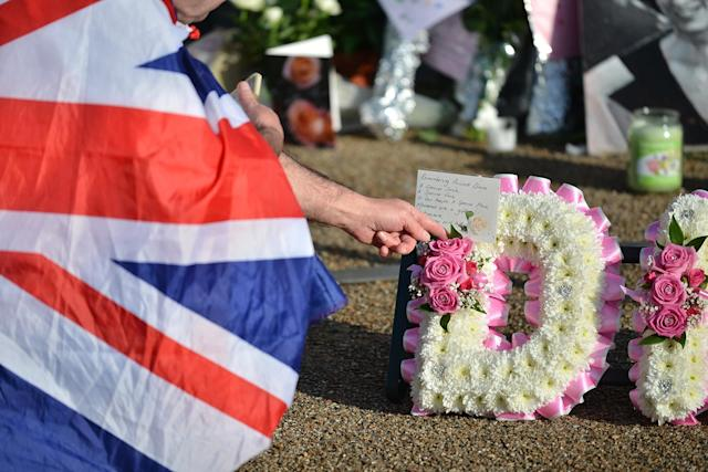 <p>Flowers and tributes outside Kensington Palace where people came to commemorate the 20th death anniversary of Princess Diana on Aug. 31, 2017 in London, England. (Photo: Matthew Chattle/Barcroft Images) </p>