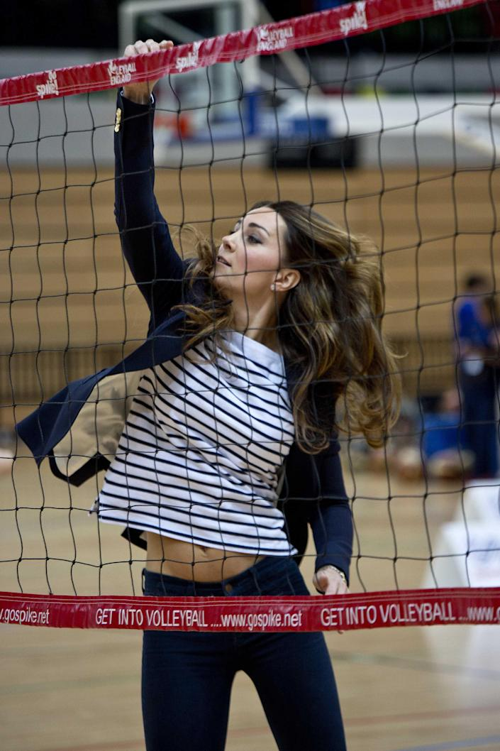 Britain's Catherine, Duchess of Cambridge, playes volleyball as she attends a SportsAid athlete workshop at the Copper Box in the Olympic Park in London October 18, 2013. REUTERS/David Bebber/pool (BRITAIN - Tags: ENTERTAINMENT ROYALS SPORT VOLLEYBALL)