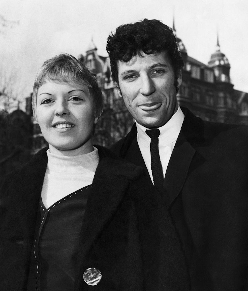 Tom Jones with his wife Linda in 1965 (Photo: Mirrorpix via Getty Images)