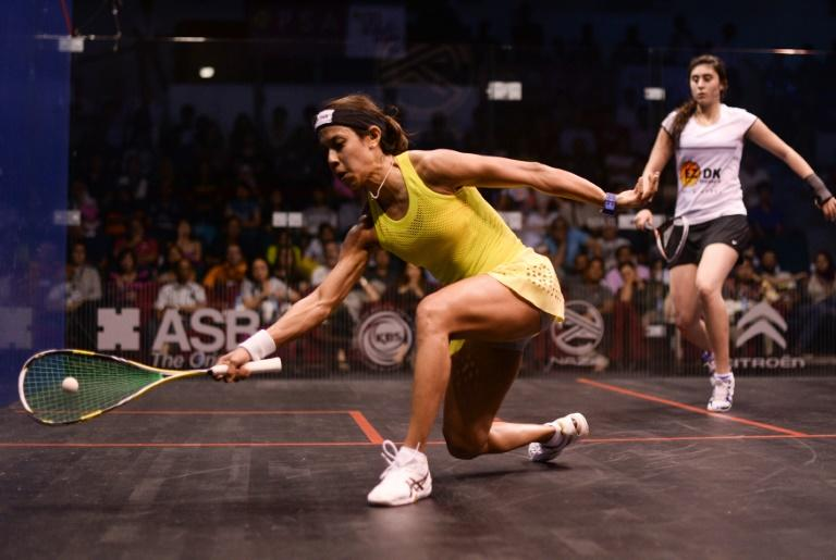 Nicol David of Malaysia (L) plays a forehand against Nour El Sherbini of Egypt (R) during their quarter-final match of the PSA Women's World Championships squash tournament in Bukit Jalil, oustide Kuala Lumpur on April 28, 2016